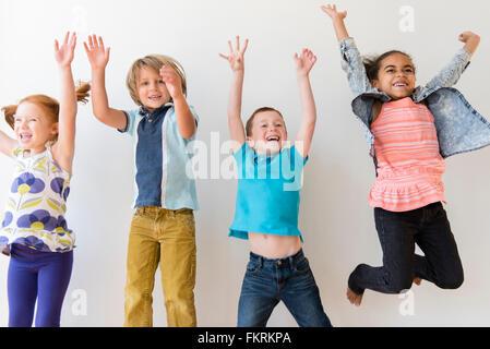 Les enfants sauter de joie Banque D'Images