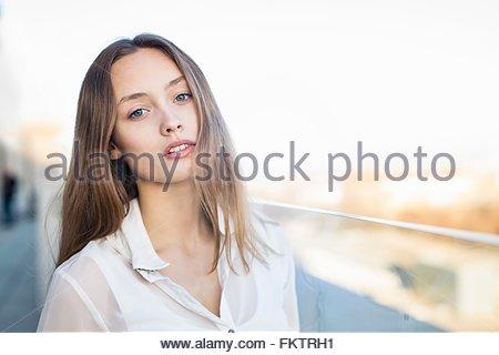 Magnifique Portrait woman sur l'allée de la ville Banque D'Images