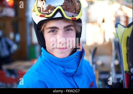 Garçon sur des vacances de ski Banque D'Images