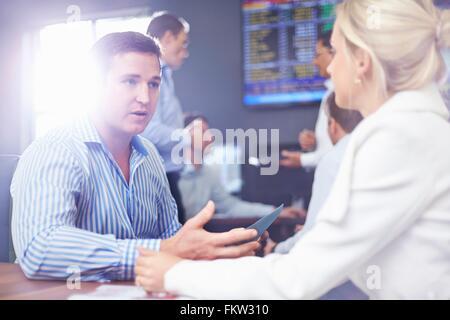 L'homme d'affaires et femme d'affaires dans la fice face à face ayant la discussion Banque D'Images