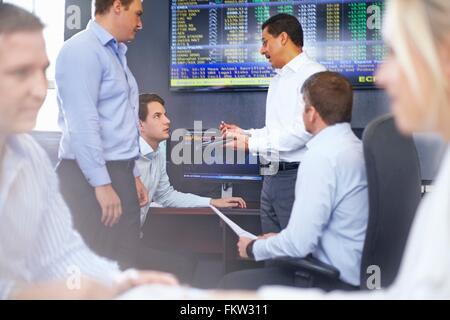 Collègues de la fice having discussion Banque D'Images