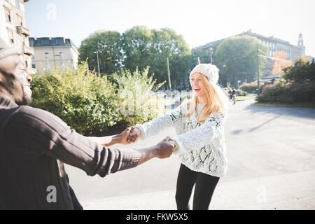 Couple dancing in park Banque D'Images