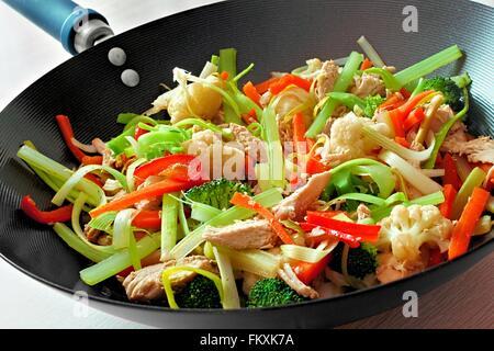 Les sautés avec légumes et poulet, Close up dans un wok Banque D'Images