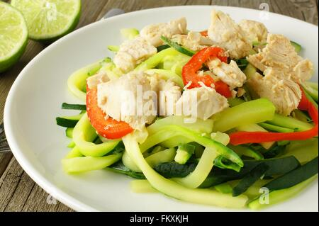 Plat de nouilles aux courgettes en bonne santé avec du poulet on white plate Banque D'Images