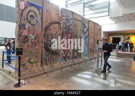 Sections du mur de Berlin sur l'affichage à l'Newseum - Washington, DC USA Banque D'Images