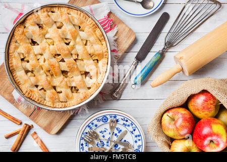 Tarte aux pommes hollandaise fait maison et les ingrédients sur une table rustique. Photographié à partir de juste au-dessus.