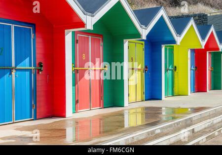 Cabines colorées à Whitmore Bay sur l'île de Barry Galles du sud Banque D'Images