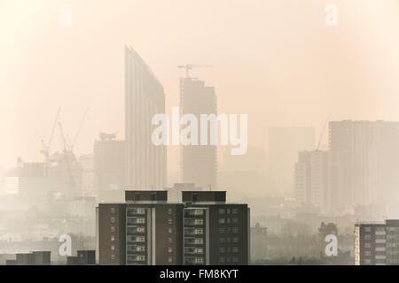 Londres, Royaume-Uni. 11 mars, 2016. Météo France: Ubisoft SE1 bâtiment résidentiel vue à travers le brouillard Banque D'Images