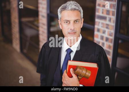 Certain avocat avec marteau et livre rouge