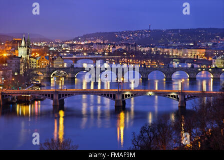 Les ponts sur la Vltava (Moldau), rivière, Prague, République tchèque. Celui du milieu est le célèbre pont Charles. Banque D'Images