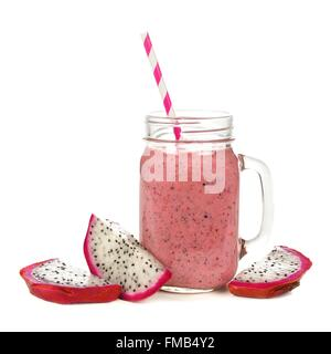 Framboise, Rose smoothie aux fruits du dragon dans le jar mug avec tranches de fruits isolated on white Banque D'Images