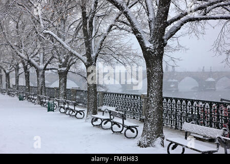 Il neige à côté de Vltava (Moldau), Prague, République tchèque. Dans l'arrière-plan vous pouvez voir le pont Charles.