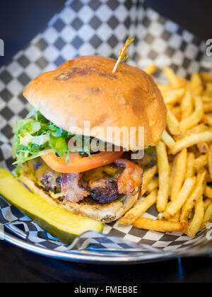 Un bacon cheeseburger et frites de diner en milieu urbain à Edmonton, Alberta, Canada. Banque D'Images