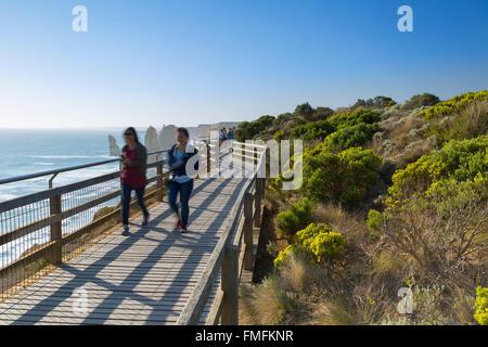 Les gens sur l'affichage de la plate-forme des douze apôtres, Port Campbell National Park, Great Ocean Road, Victoria, Banque D'Images