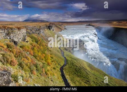 Cascade de Gullfoss en automne, situé sur la rivière Hvítá, près de Geysir, sud-ouest de l'Islande Banque D'Images