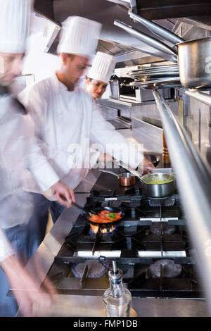 Chefs préparer la nourriture dans la cuisine Banque D'Images