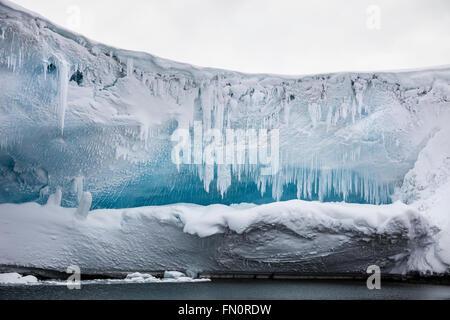 L'antarctique, péninsule Antarctique, îles de poissons, les glaçons sur la glace porte-à-faux ou cave Banque D'Images