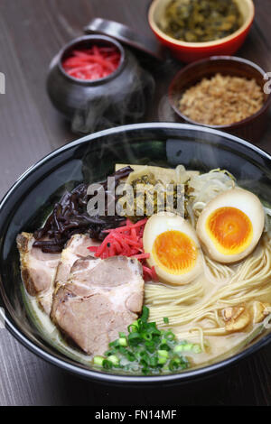 Tonkotsu ramen japonais, nouilles bouillon d'os de porc Banque D'Images