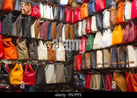 7506a98dad9 Istanbul Turquie imitation sac sacs Louis Vuitton · ISTANBUL - 3 mai   sacs  contrefaites en vente sur la rue étroite autour de Grand