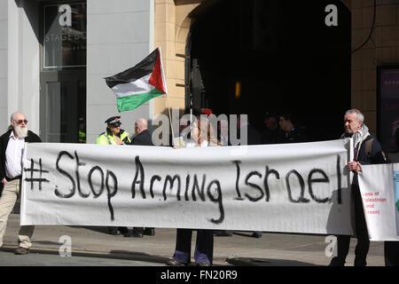 """Manchester, UK. 13 mars, 2016. Maintenez les militants le haut d'une bannière qui dit 'Stop à armer Israël"""" à Manchester, Banque D'Images"""