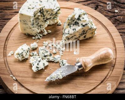 Fromage bleu danois sur une planche de bois. Banque D'Images