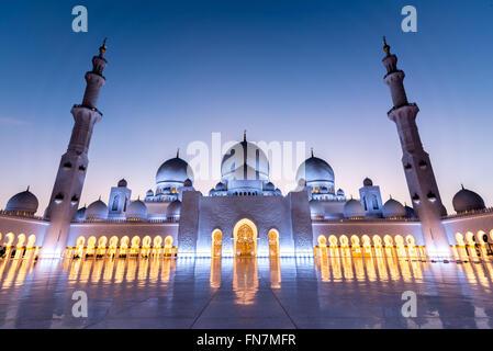Cour de la Grande Mosquée de Sheikh Zayed à Abu Dhabi capturé au coucher du soleil Banque D'Images