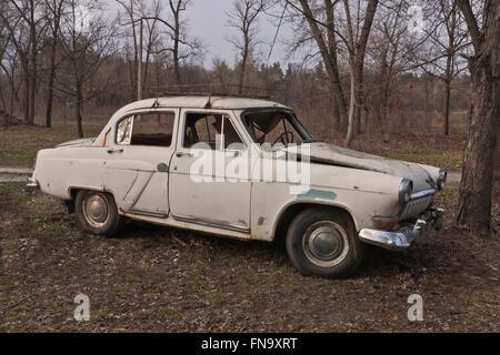 Une vieille voiture soviétique cassé en milieu forestier Banque D'Images