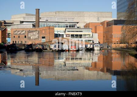 Narrowboats sur le canal au bassin de Gas Street Birmingham, Angleterre, RU Banque D'Images