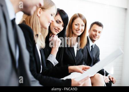 Réunion d'affaires. Groupe de professionnels lecture cv. Entrevue d'emploi Banque D'Images