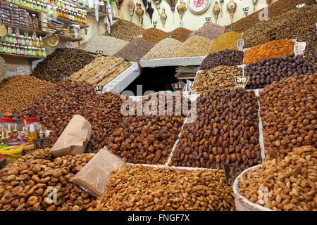 Noix et fruits séchés en vente dans le souk de Marrakech, Maroc Banque D'Images