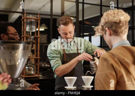 Barista pouring café frais dans le filtre à café moderne Banque D'Images