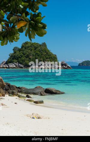 Sable blanc de Sunrise Beach et la mer d'Andaman, Ko Lipe, Thaïlande