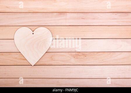 Coeur en bois sur les planches de bois. Banque D'Images