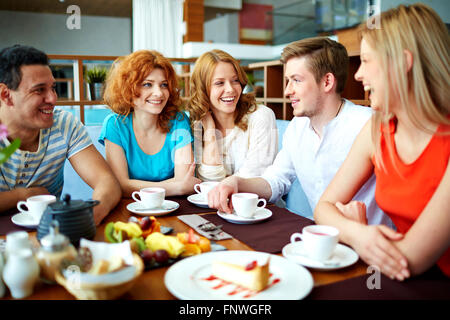 Teenage friends talk par tasse de thé dans le café Banque D'Images