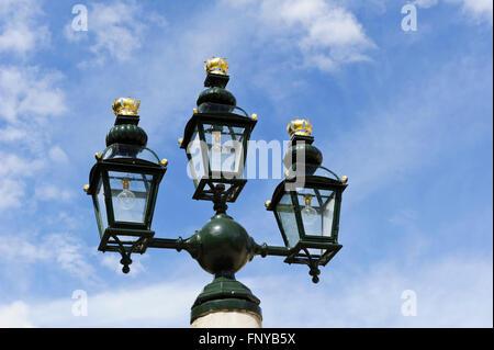Une fontaine d'eau avec lampes vintage en haut dans la cour au Royal Naval College, Greenwich, London, Royaume-Uni. Banque D'Images