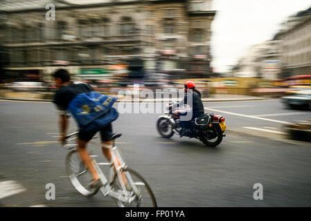 Les couriers de cycle et moto dans le centre de Londres en 1986. Numérisation à partir de 35mm film dia. Banque D'Images