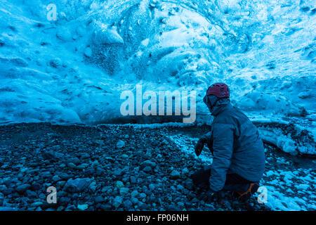 L'homme dans une grotte de glace, Parc national du Vatnajökull, Glacier, Islande Banque D'Images