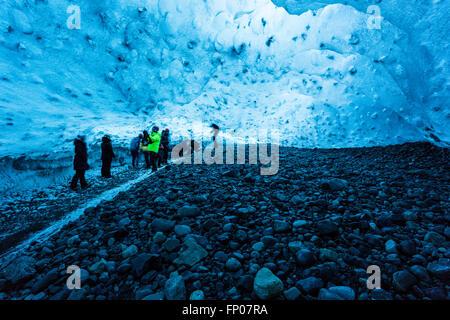Personnes dans une grotte de glace, Parc national du Vatnajökull, Glacier, Islande Banque D'Images