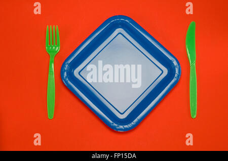 Plaque bleu sur rouge avec couteau fourchette cuillère Banque D'Images