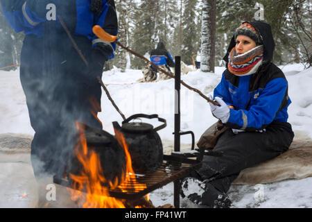 S'arrêter pour manger des saucisses dans un safari husky Salla. Laponie, Finlande. Avant le safari notre guide vous offre un cours de conduite et