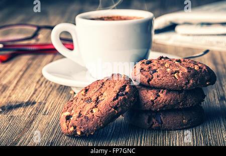 Tasse de café avec biscuits biscuit et newspapper. biscuit chocolat cookies cookies chocolat. sur table en bois. Banque D'Images