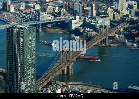 Vue aérienne de Manhattan avec pont de Manhattan et Brooklyn Bridge sur la rivière de l'Est et l'arrondissement de Brooklyn en arrière-plan