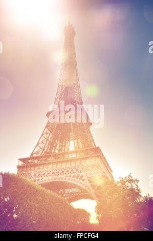 Low angle vue rapprochée de la Tour Eiffel, Paris, France, un jour ensoleillé, montrant la structure en treillis Banque D'Images