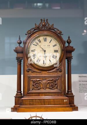 horloge ancienne en bois avec d coration sculpture orn e sur l 39 affichage l 39 int rieur en verre. Black Bedroom Furniture Sets. Home Design Ideas