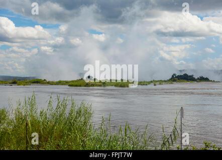 """Vue sur le fleuve Zambèze vers oa Tunya Mosi, la fumée qui tonne"""", le spray surgissant des Chutes Victoria, la Zambie. Banque D'Images"""