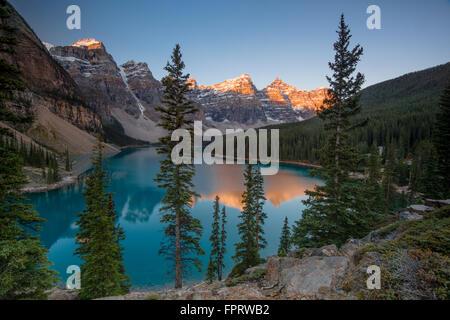 Moraine Lake, lac glaciaire, dans la lumière du soir, la vallée des Dix-Pics, Rocheuses, Banff National Park Banque D'Images