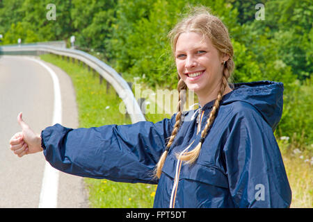 Jeune femme de l'autostop Banque D'Images