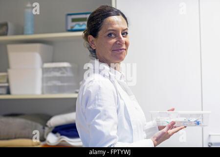 Portrait of a female doctor holding un médicament fort, Freiburg im Breisgau, Bade-Wurtemberg, Allemagne