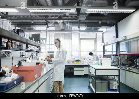 Scientifiques masculins travaillant dans un laboratoire, Freiburg im Breisgau, Bade-Wurtemberg, Allemagne Banque D'Images