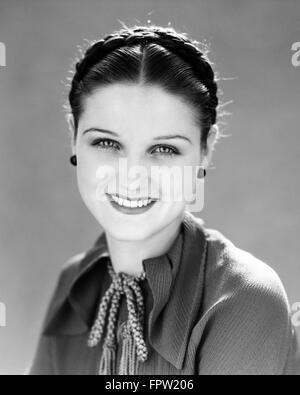 1930 SMILING PRETTY BRUNETTE WOMAN PORTRAIT LES CHEVEUX LOOKING AT CAMERA